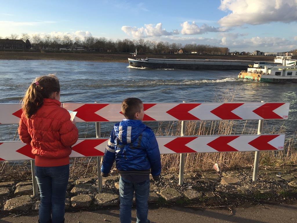 Venlo ligt aan de Maas, dus je kan er naar boten kijken.