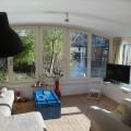 De woonkamer is heerlijk zonnig.