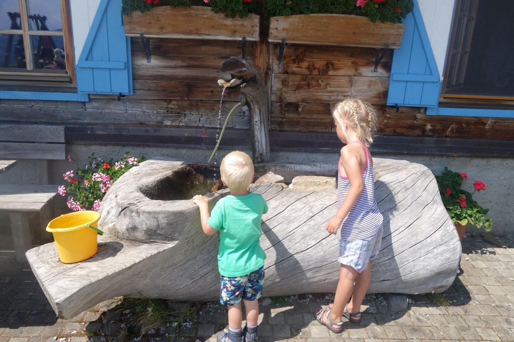 Bij de hut kun je water krijgen.