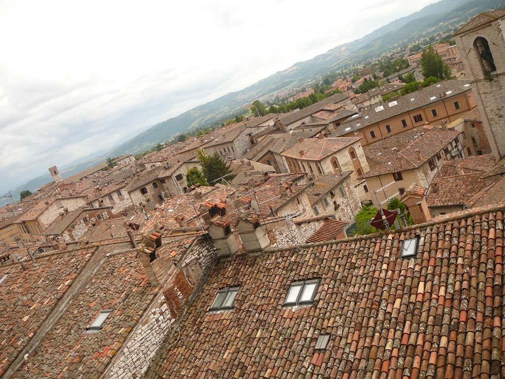 De daken van Gubbio in Le Marche.