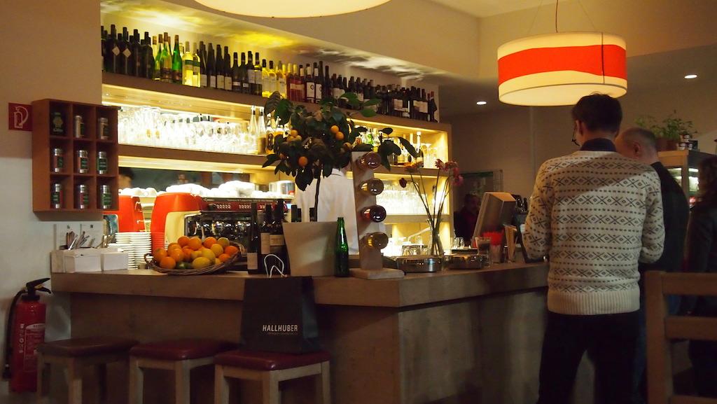 Drinken halen bij de bar.
