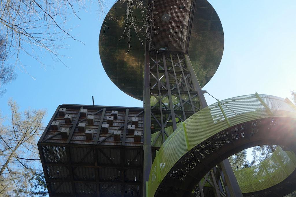 Van buitenaf is al te zien dat de Bostoren geen gewone uitkijktoren is.