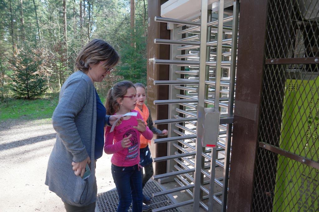 Met de kaartjes kunnen we door de draaideur de toren betreden.