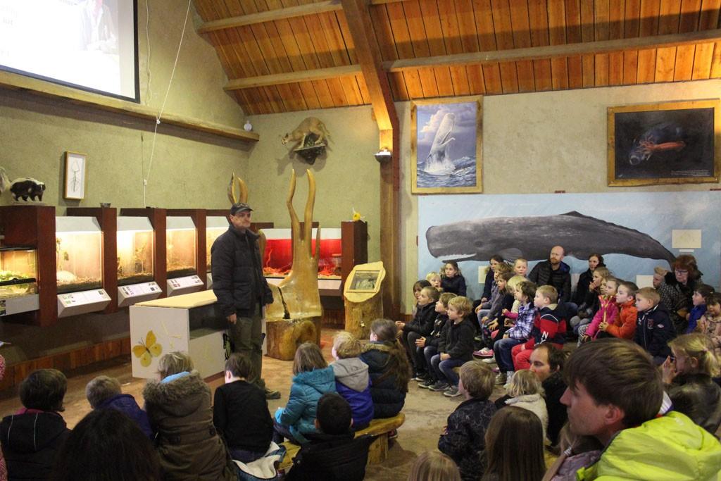 Ton vertelt veel interessante weetjes over de dieren in Doe Zoo Leens.