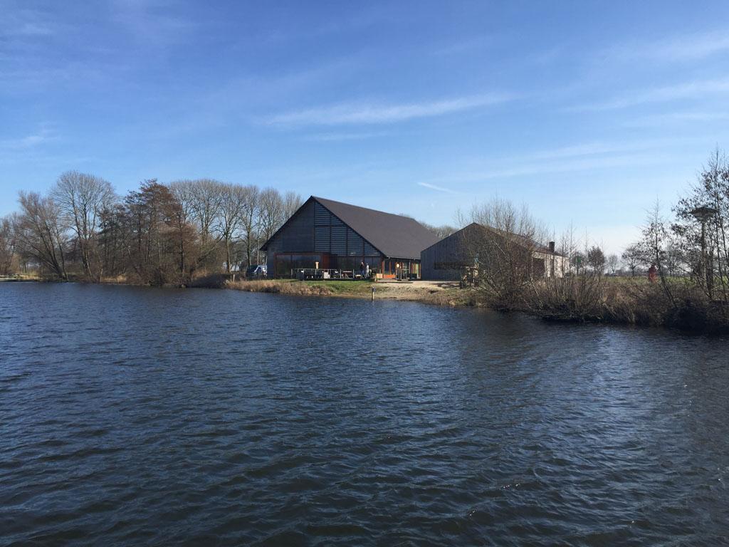 Het infocentrum ligt mooi aan het water.
