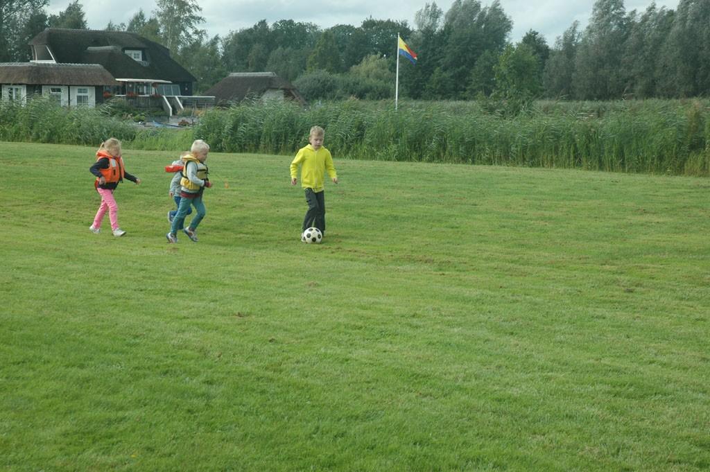 Voetballen tijdens de pauze.