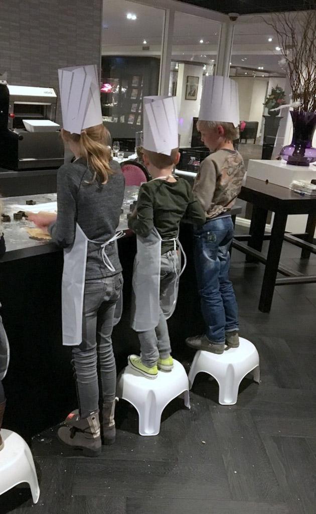De kinderen zijn de hele avond bezig met al het koken en bakken.