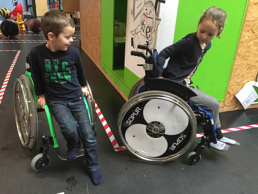 Rondcrossen in een rolstoel.