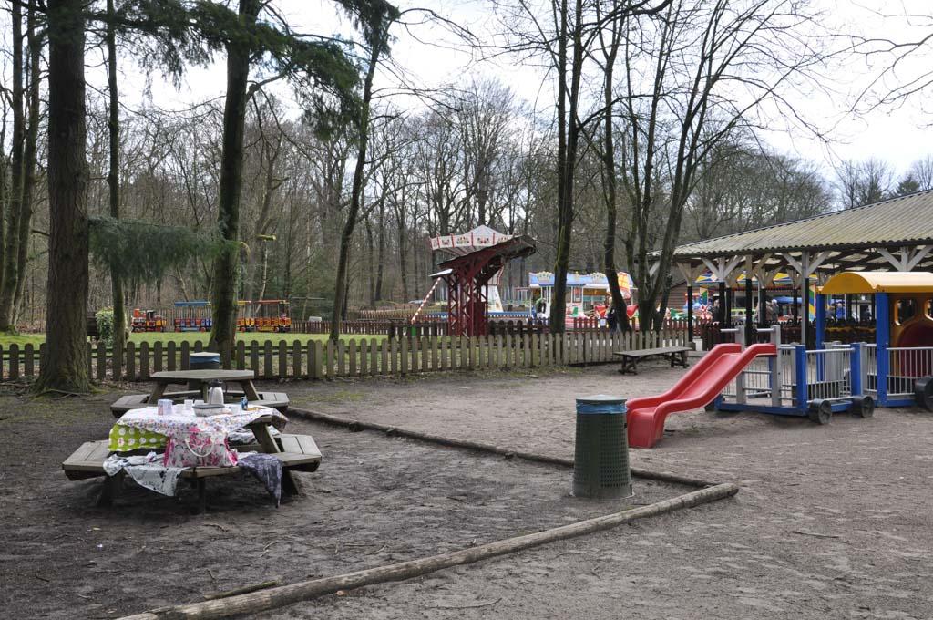 Verspreid over het terrein staan picknicktafels.