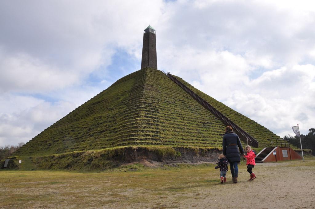Een raar gezicht die Pyramide in de Nederlandse bossen.