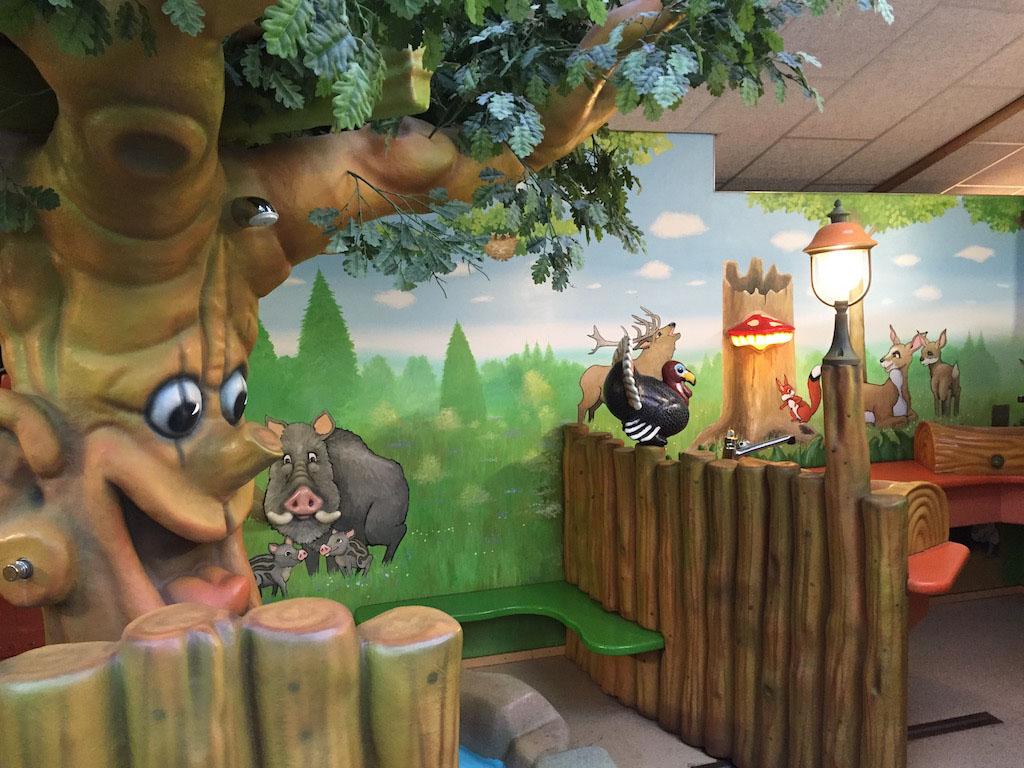 Het Spetterbos- sanitair is ook helemaal in de bosstijl.