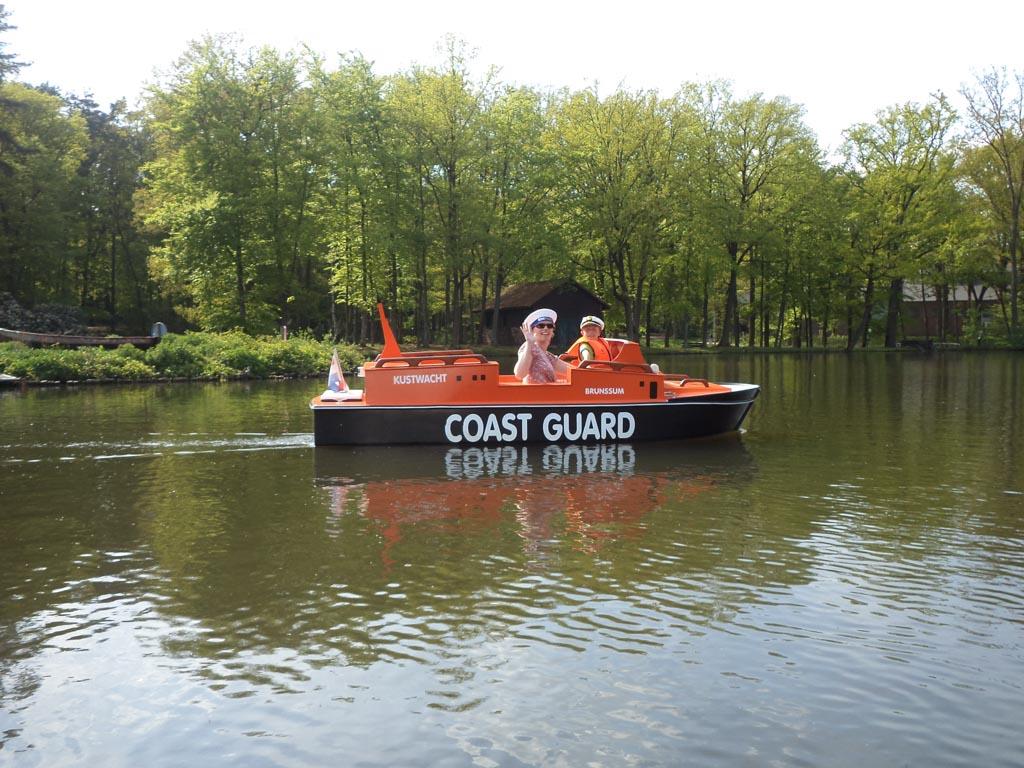 Het oranje kustwacht bootje.