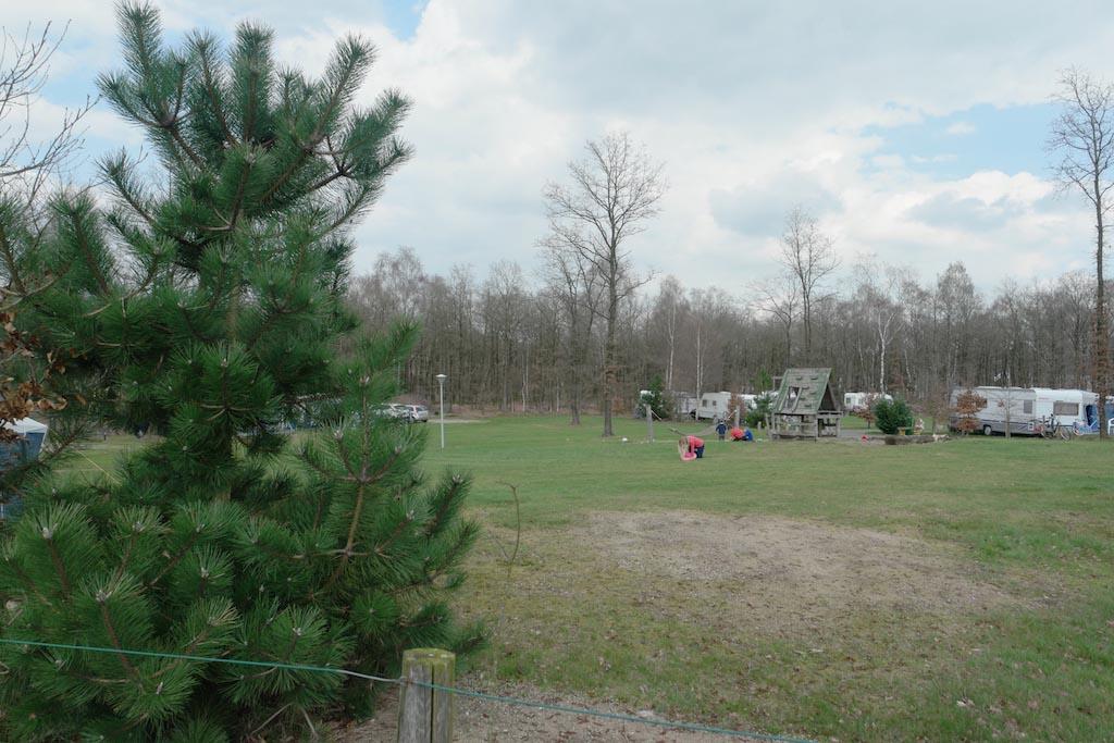 Kamperen op een open veld.