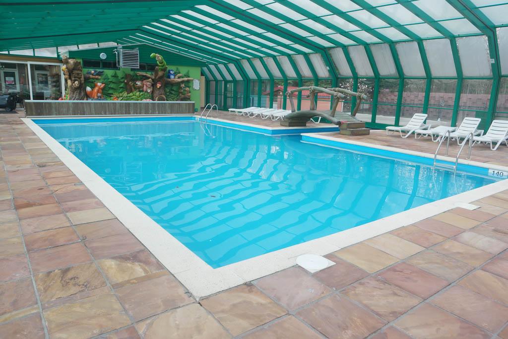 Het binnenzwembad met open te schuiven dak.