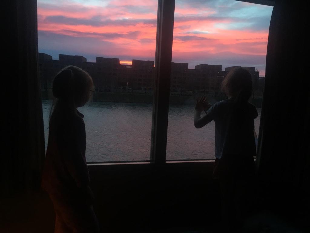 Heerlijk wakker worden met een prachtige zonsopkomst boven de Maas.