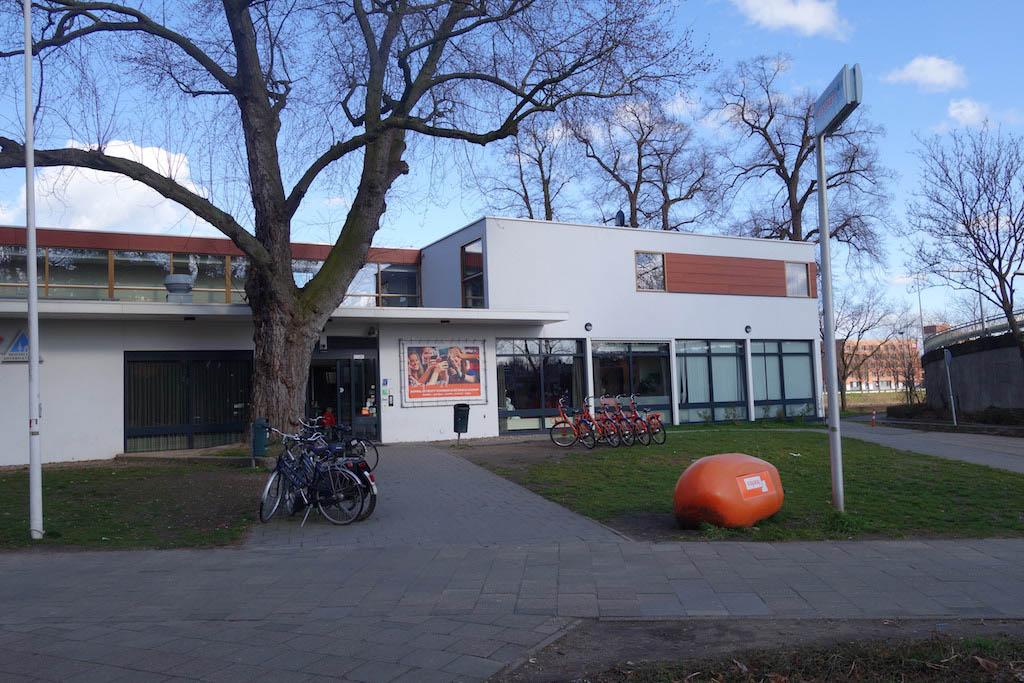 De voorkant van Stayokay Maastricht.