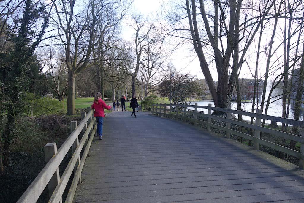Het park aan de overkant van de Stayokay.