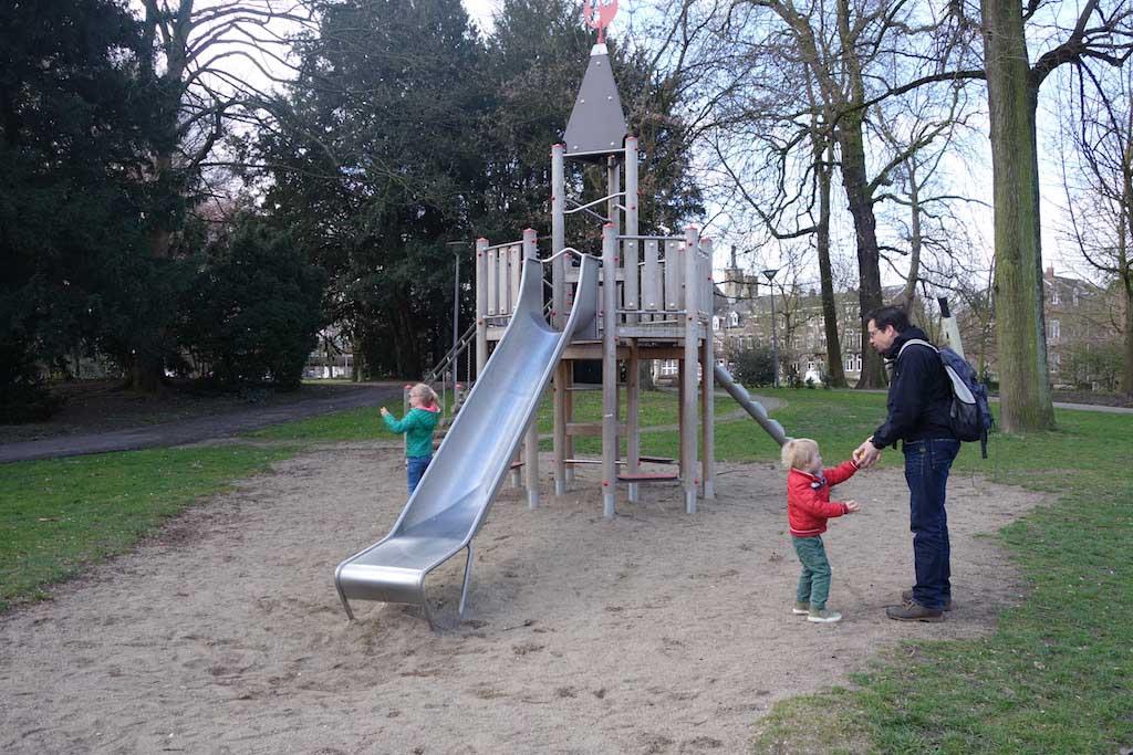 De speeltuin in het park.