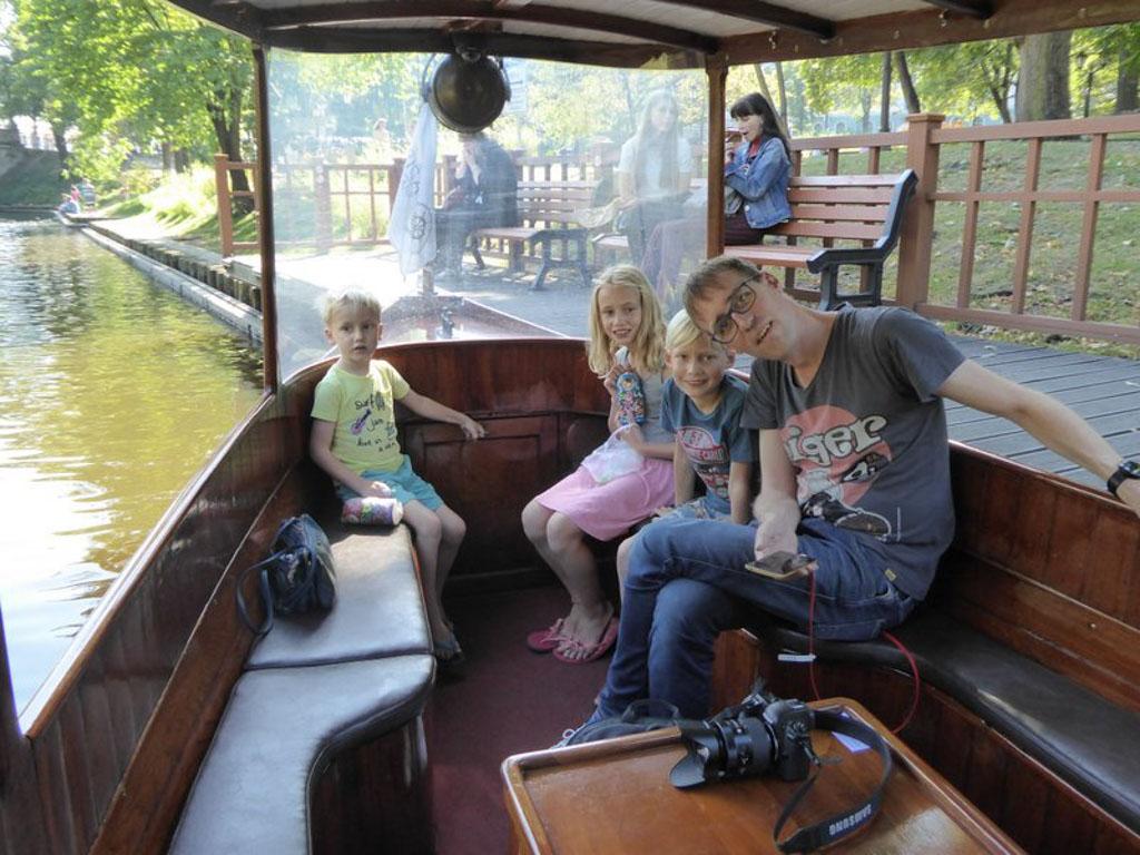 In het houten bootje.