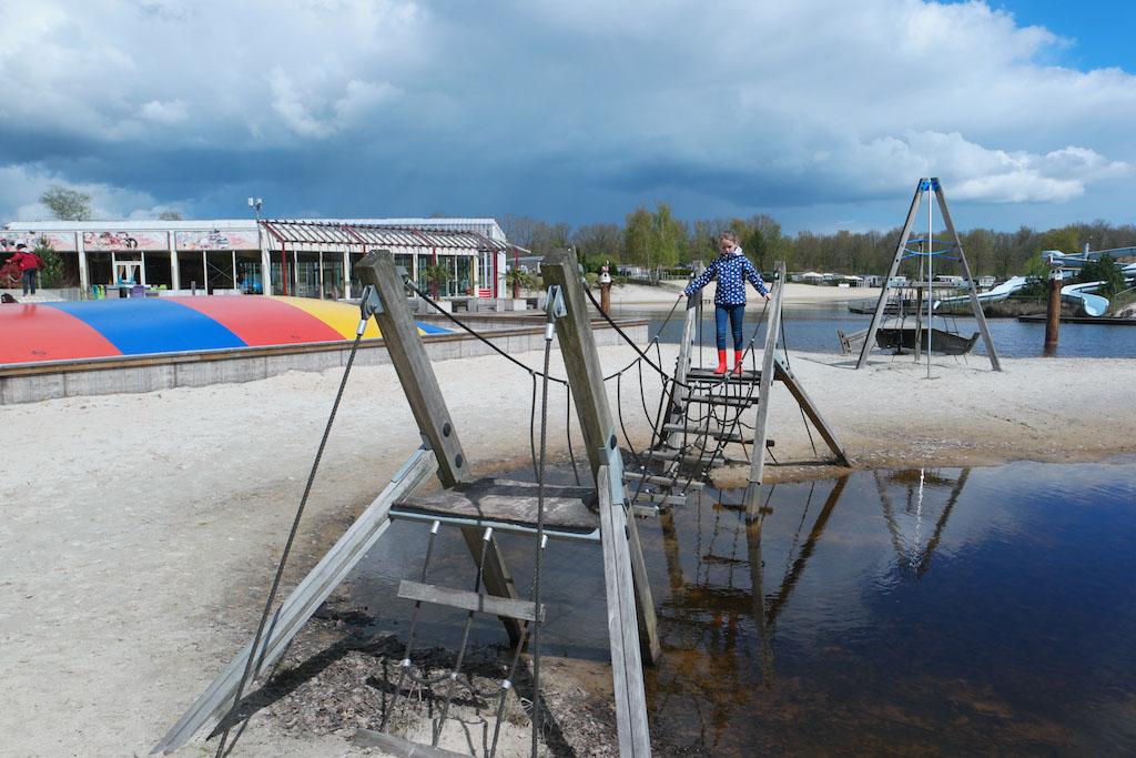 Buiten zijn er diverse speeltoestellen. Zowel op de kampeerveldjes als aan het water.
