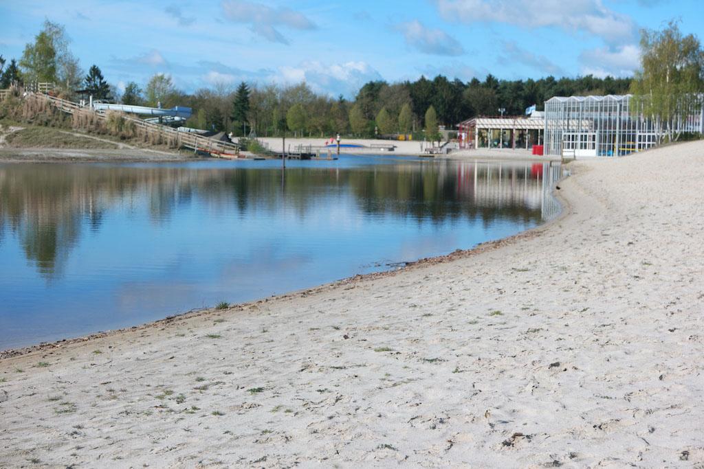 Over het strand lopen we naar de Happy Fun Beach.