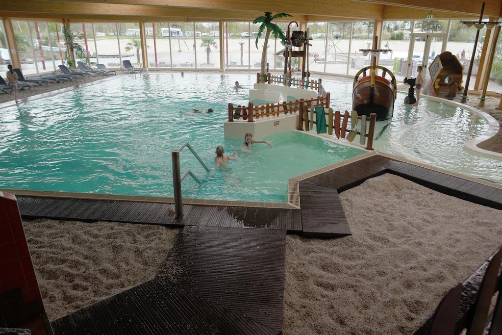 Het binnenzwembad, met i.p.v. tegeltjes een kiezelstrandje.