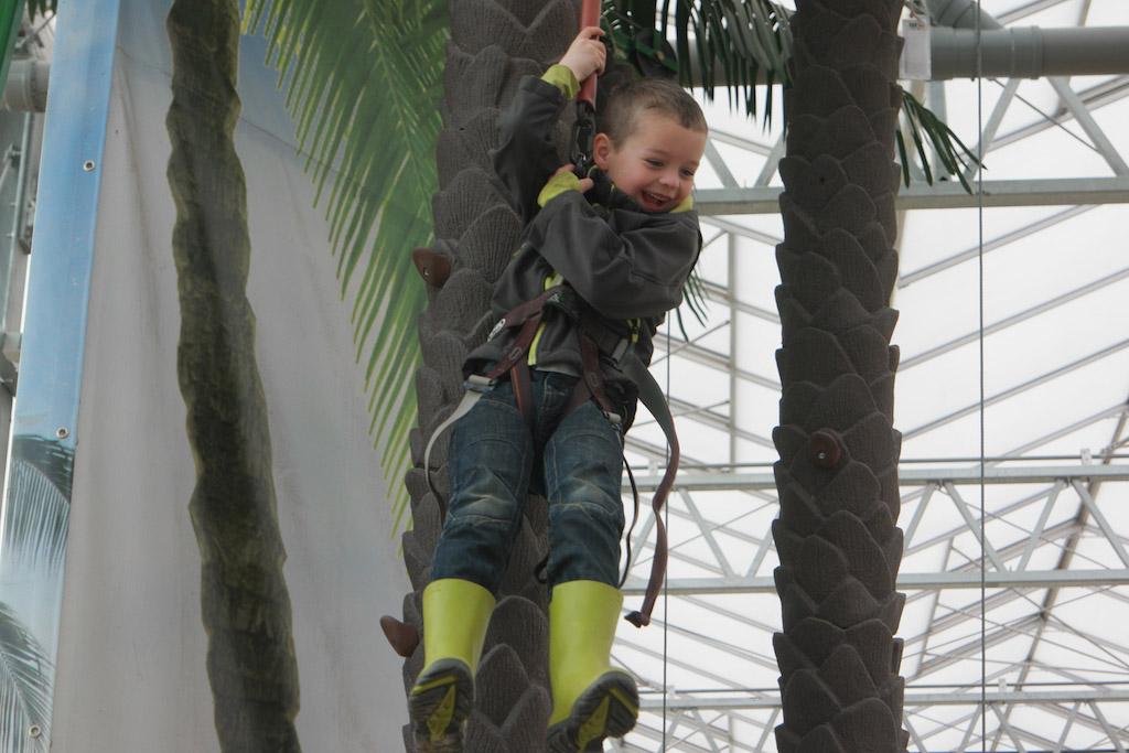 Camiel is dol op klimmen en vindt het echt prachtig dat hij in een boom kan klimmen.
