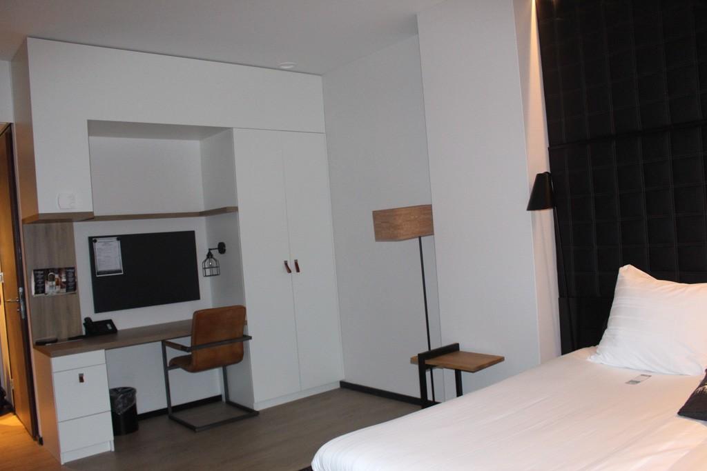 Niet te veel opsmuk, maar wel alles wat je nodig hebt in een stijlvolle kamer.