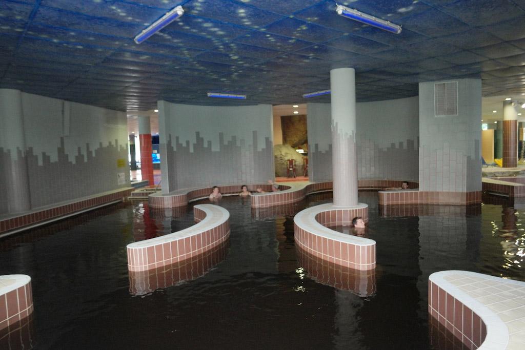 Het thermaal bad binnen bij Aqua Palace.