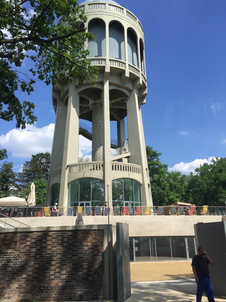 Een stukje verderop staat een oude watertoren met o.a. een restaurant en klimmuur er in.