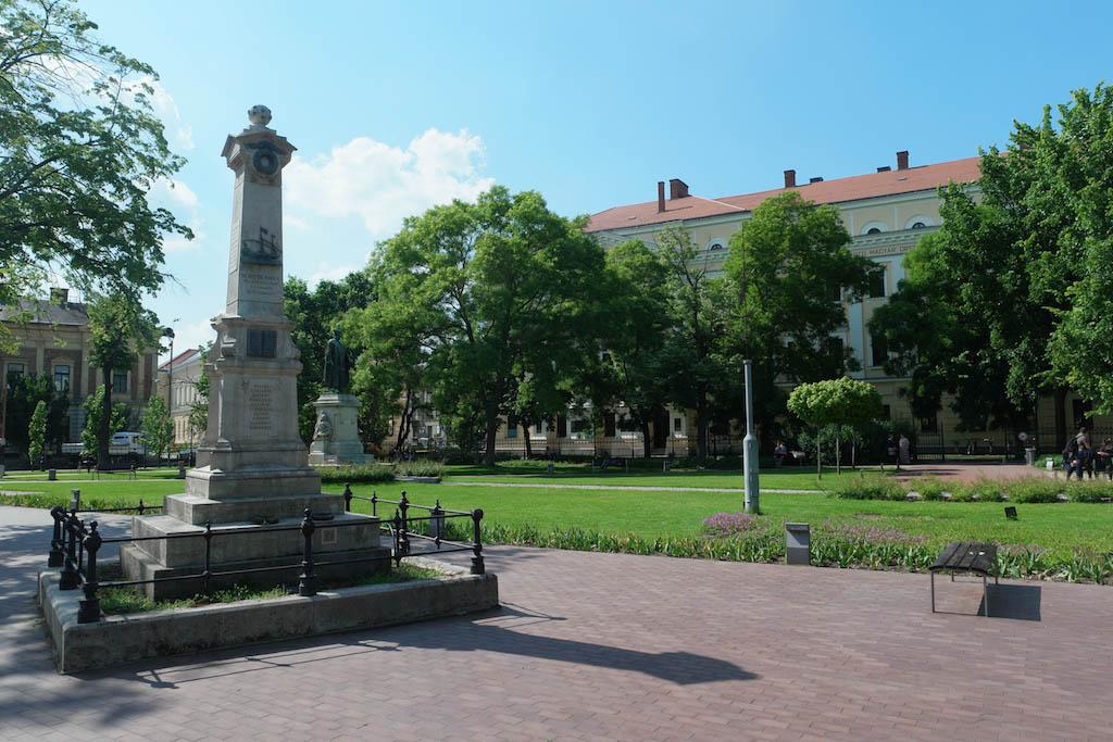 Het monument achter de Grote Kerk.