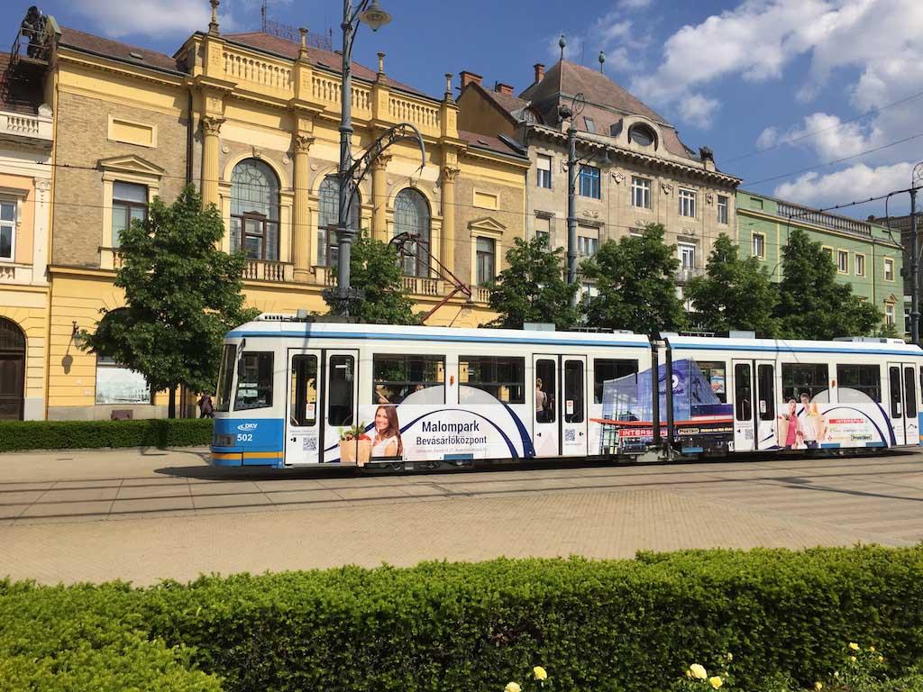 Met de tram ben je zo in het centrum van Debrecen.