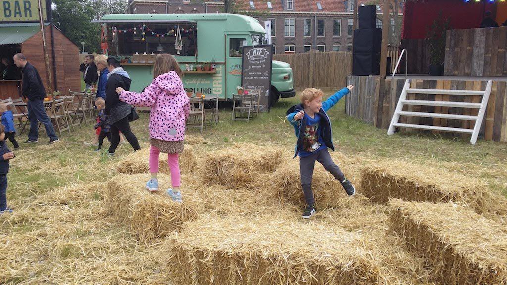 Terwijl ouders genieten van een hapje en drankje op het terras, leven de kinderen zich even uit.