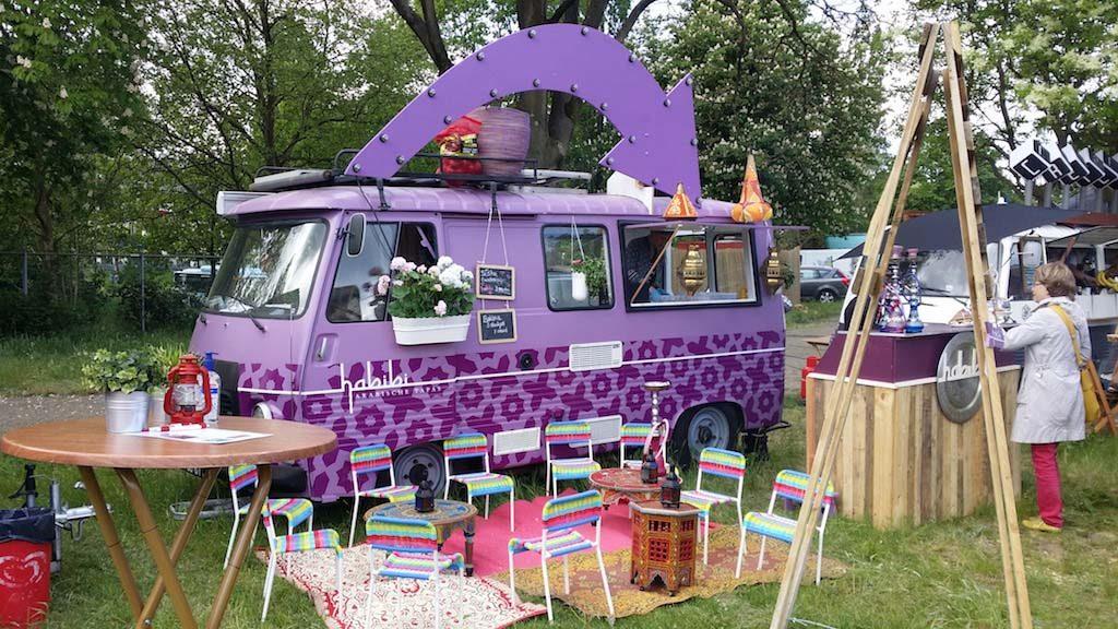 Rollend eten in een paarse bus.