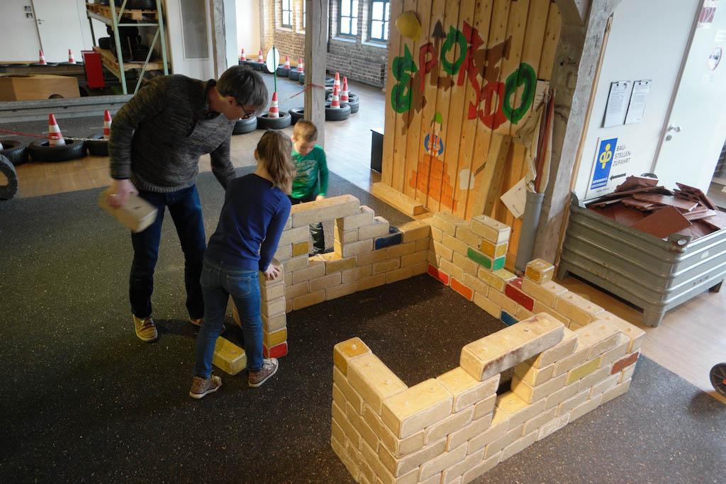 Een huis bouwen van blokken.