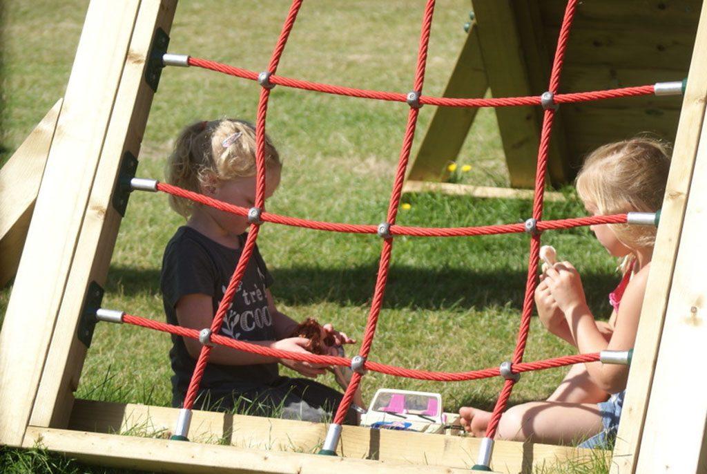 Vriendinnetjes maken in het speeltuintje.