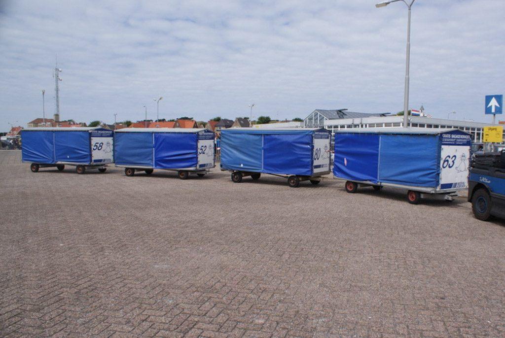 Deze bagagekarretjes brengen je bagage op en van de boot