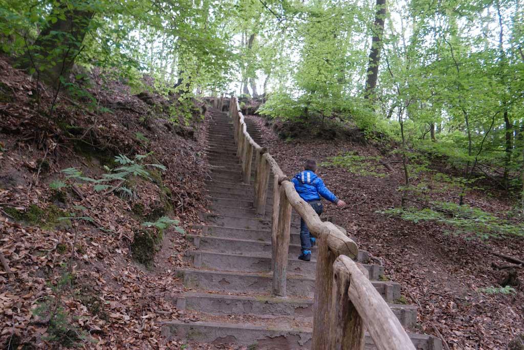 De berg op rennen. Het pad is niet geschikt voor wandelwagens.