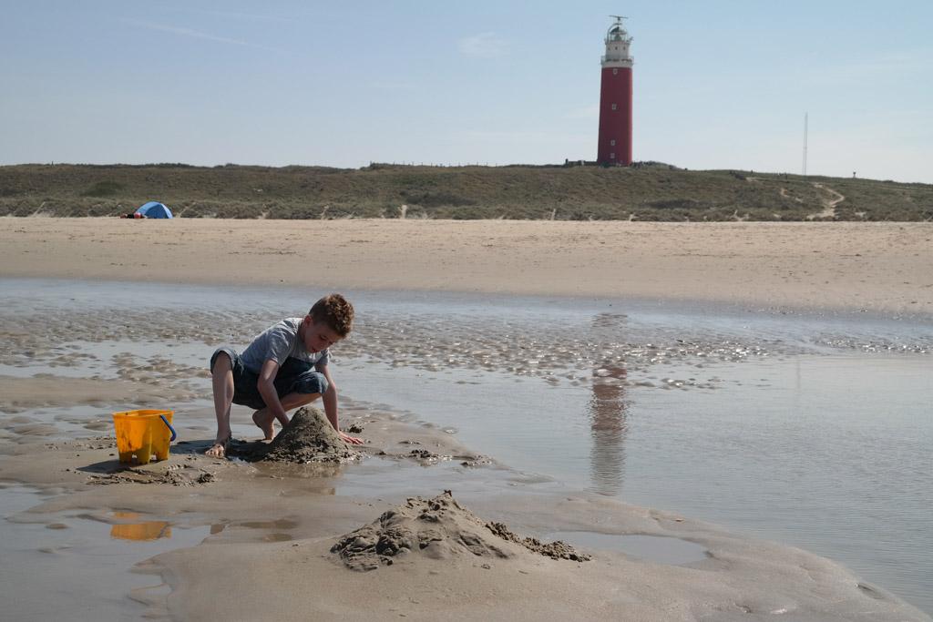 Spelen op het strand bij laagtij.