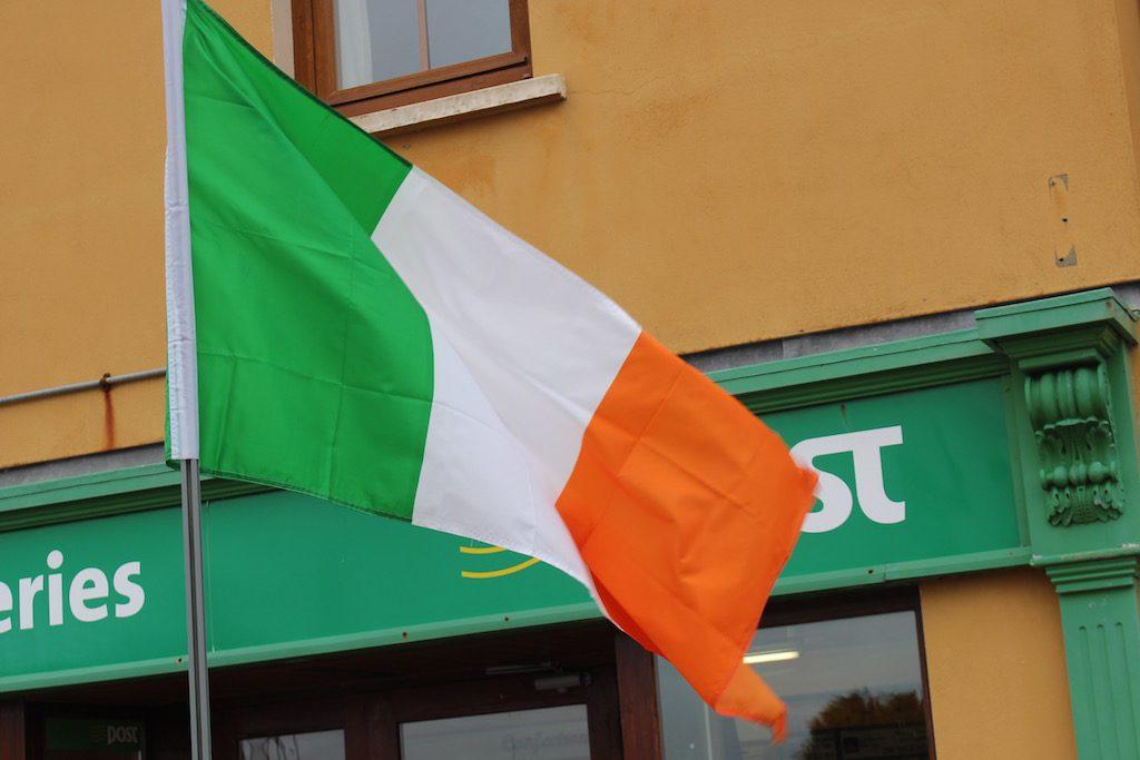 De Ierse vlag zien we regelmatig wapperen tijdens onze vakantie in Ierland met kinderen
