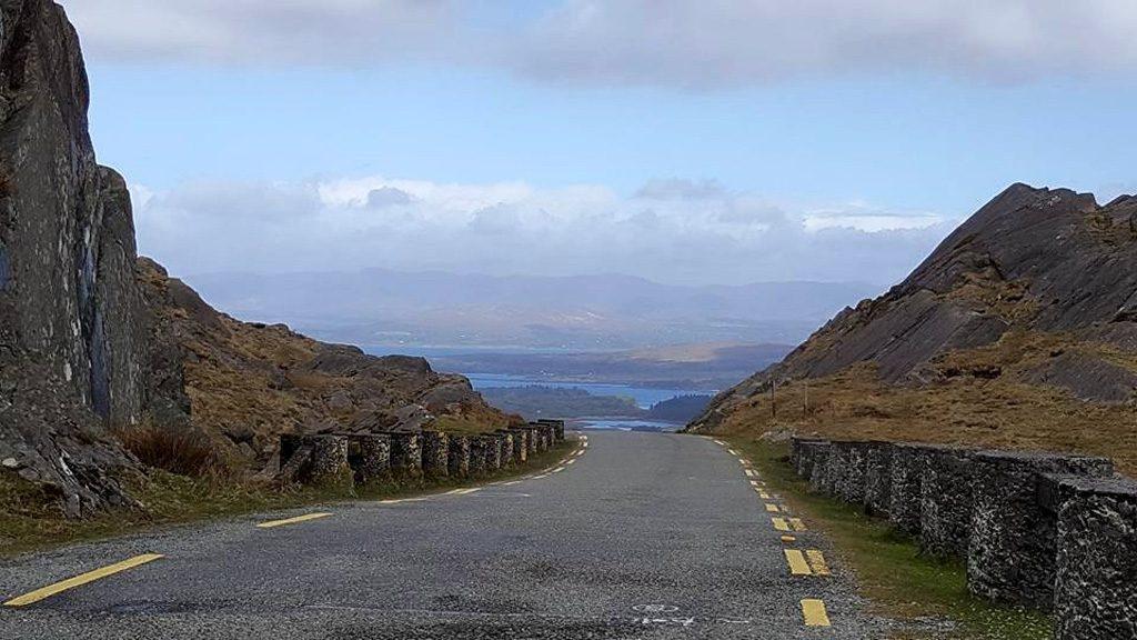 Links rijden? Hmmm soms zijn de wegen zo smal dat we niks anders kunnen dan in het midden rijden.