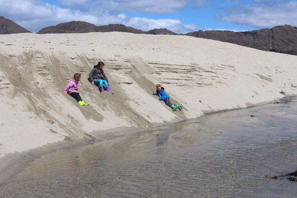 Geen glijbaan nodig als je een berg zand hebt.