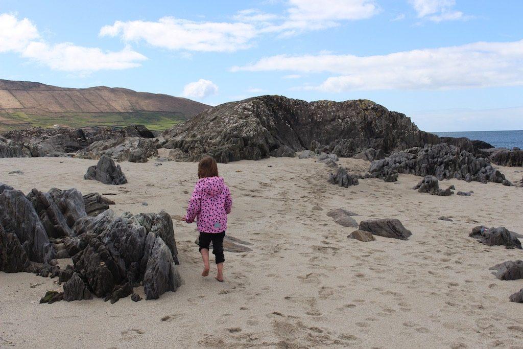 Sjouwen door het zand van het mooie strand bij Allihies.