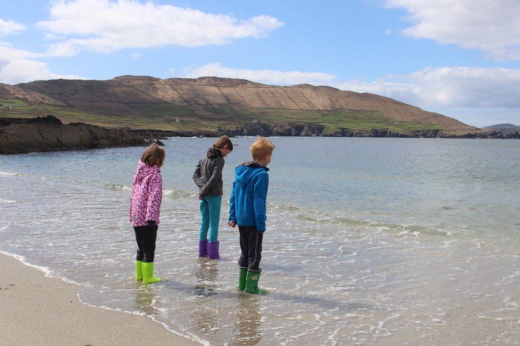 De zee, altijd goed voor speelplezier, ongeacht het weer.