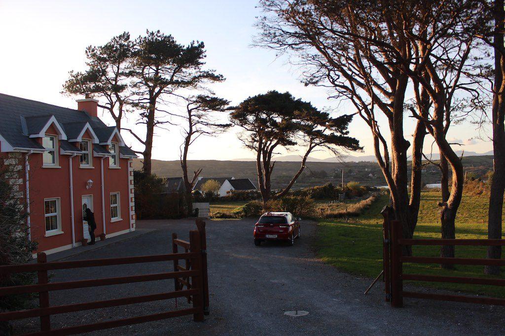 Ons huis is rustig gelegen, net buiten het plaatsje Ardgroom.