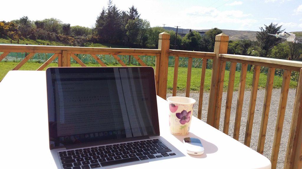 Ik kan lekker bloggen in de tuin van ons vakantiehuis.