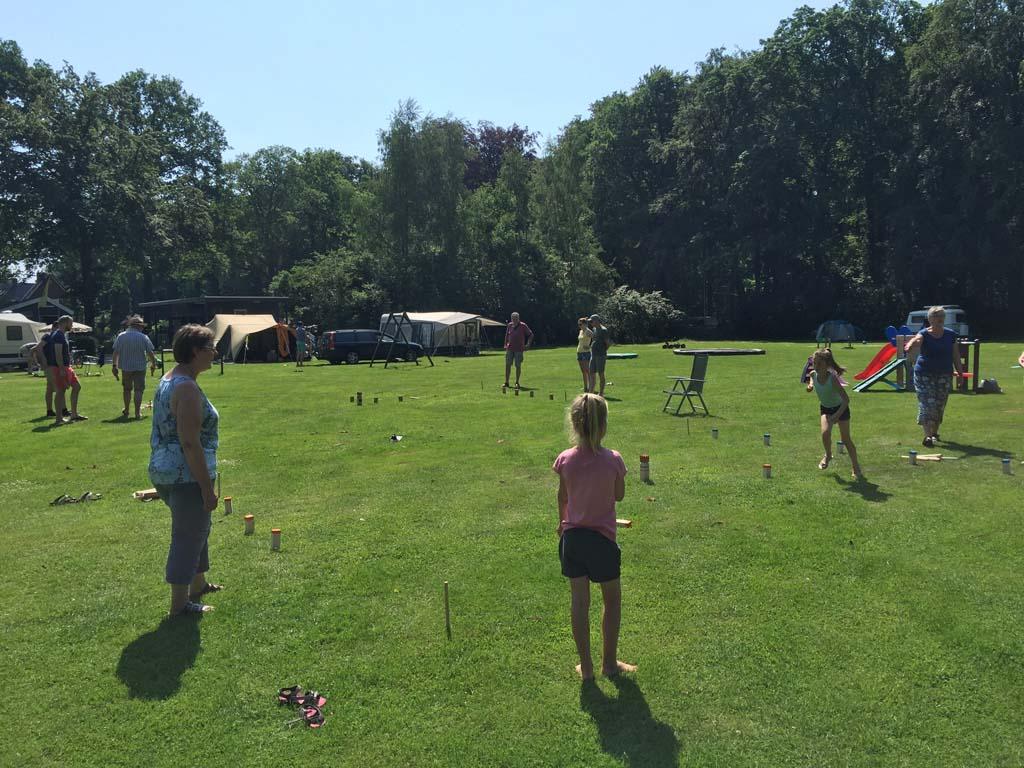 Kubb spelen op de camping (foto: Fieke).