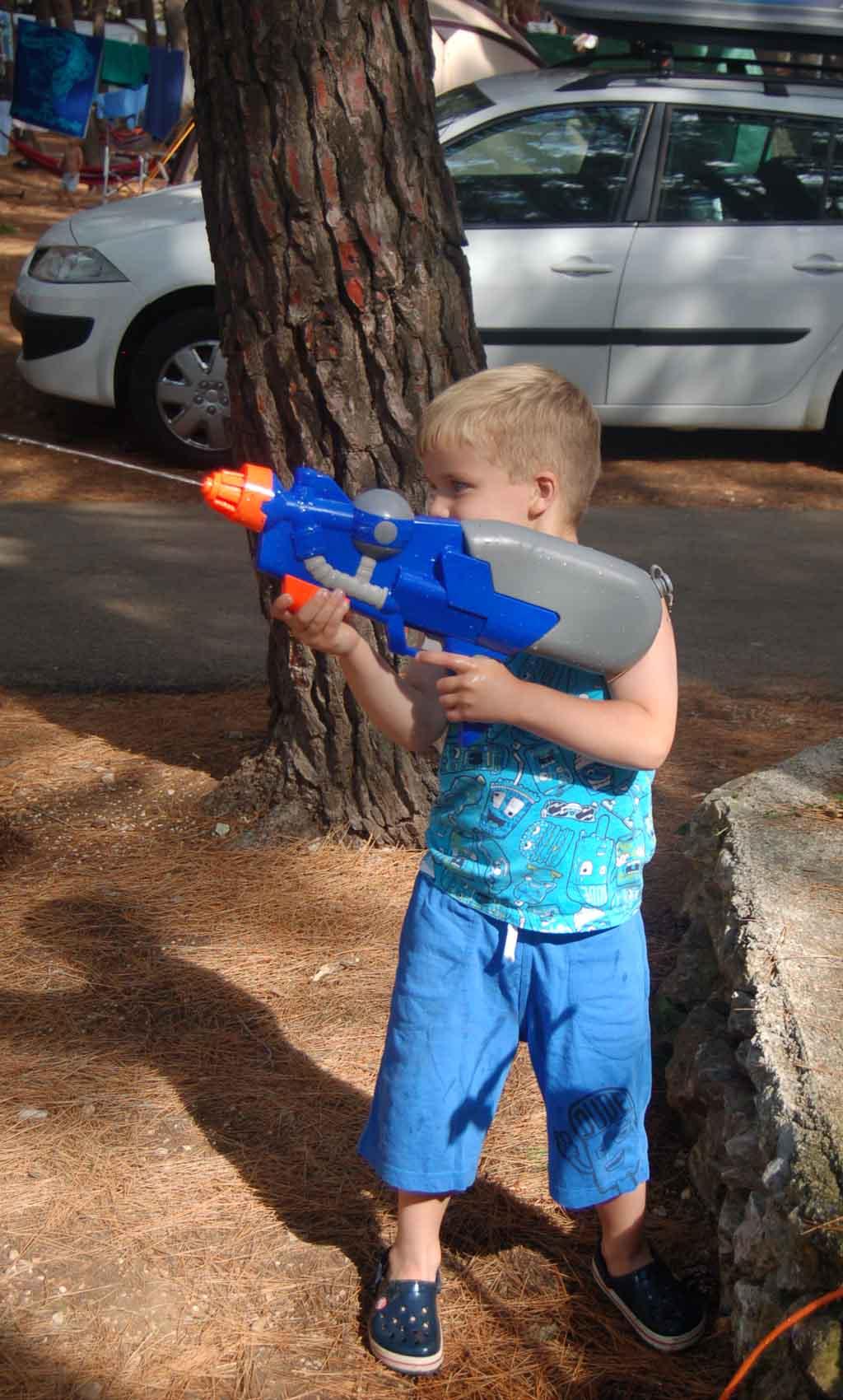 Veel plezier met een waterpistool.