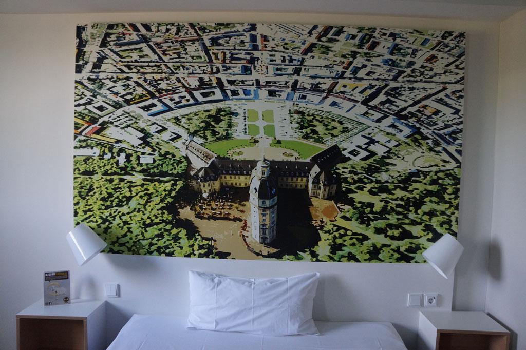 Ieder hotel heeft zijn eigen kenmerkende afbeelding op de muur.