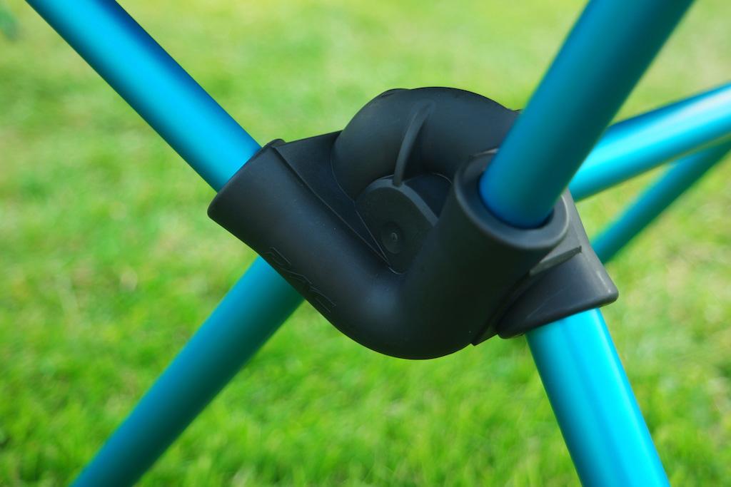De stokken zitten met elastiek vast en klikken daardoor bijna automatisch vast.
